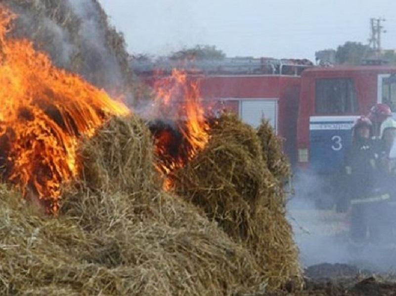 8 пожарных и 2 единицы техники тушили загоревшийся сенник в Цимлянском районе