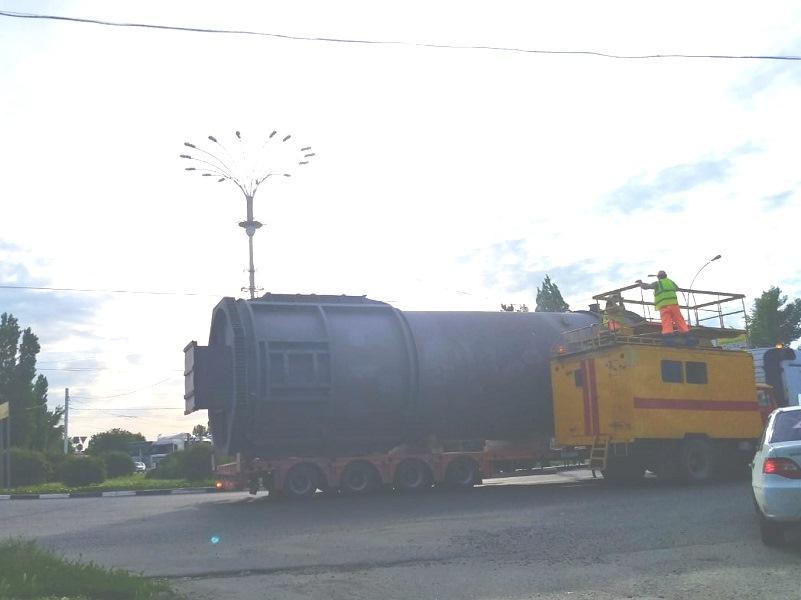 Транспортировка «огромной бочки» вызвала грандиозную пробку на въезде в Волгодонск