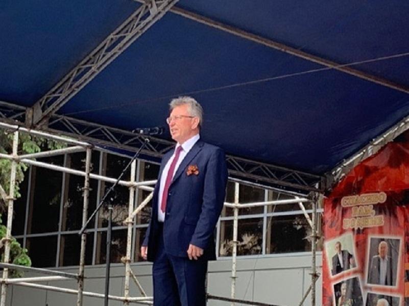 Виктор Мельников поздравил участников парада и всех волгодонцев с Днем Победы