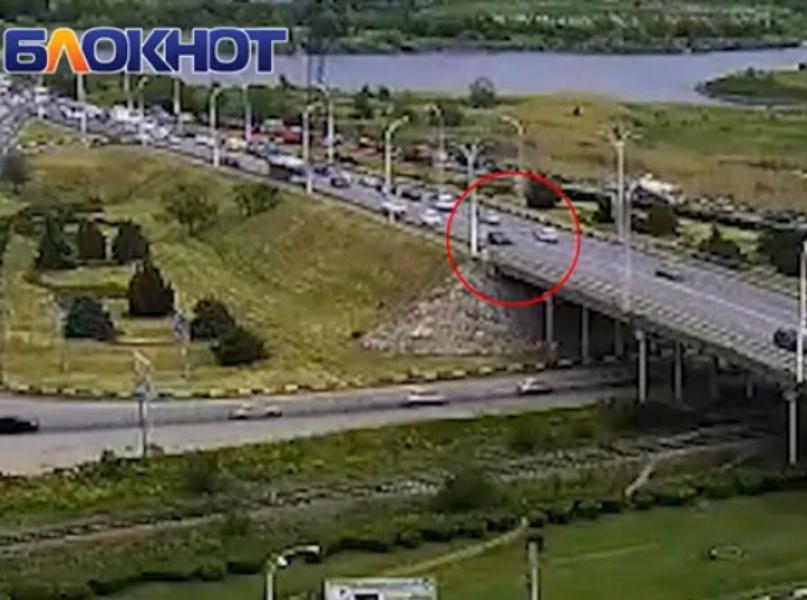 Момент столкновения мотоциклиста с машиной на мосту попал на видео