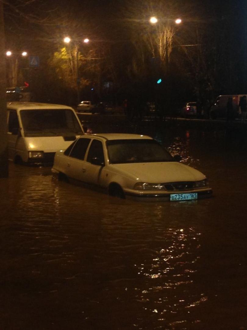 В Волгодонске из-за прорыва водопровода десятки машин наполовину ушли под воду