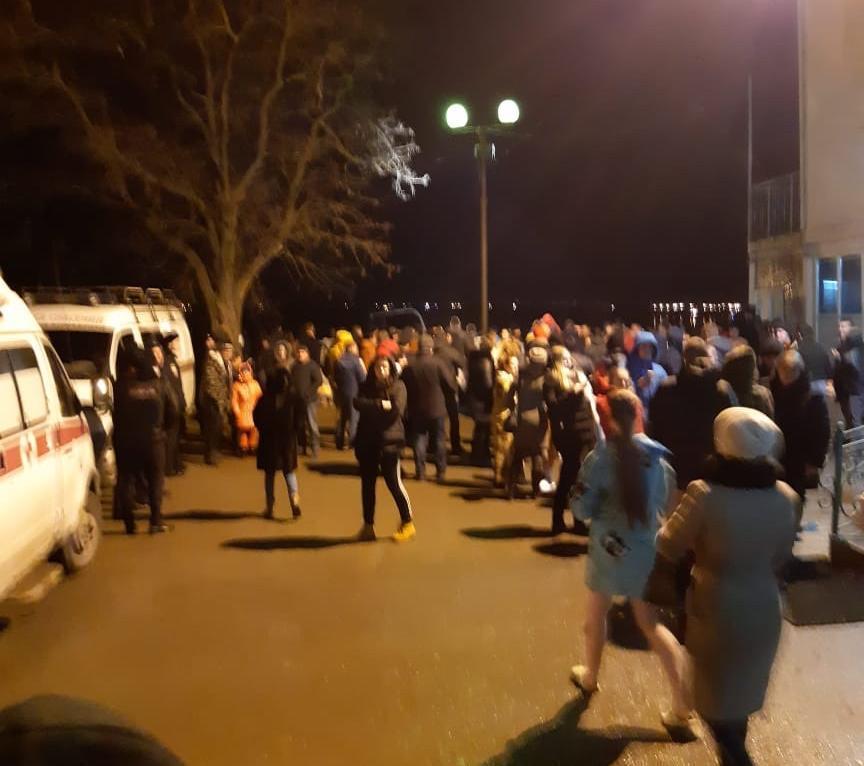 Сотни волгодонцев приехали в полночь в порт для купания в крещенской купели