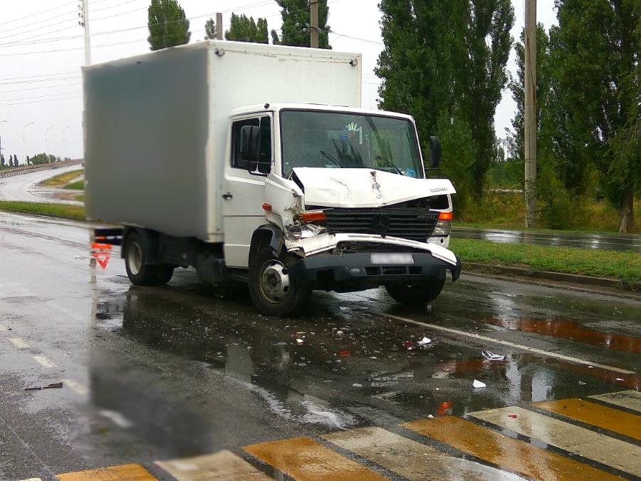 В Волгодонске пешеход спровоцировала ДТП с участием грузовика и «Газели»