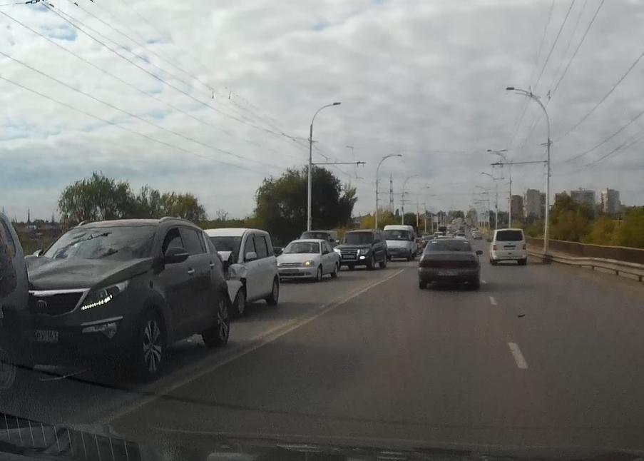 В результате аварии на мосту собралась «гармошка» из трех машин