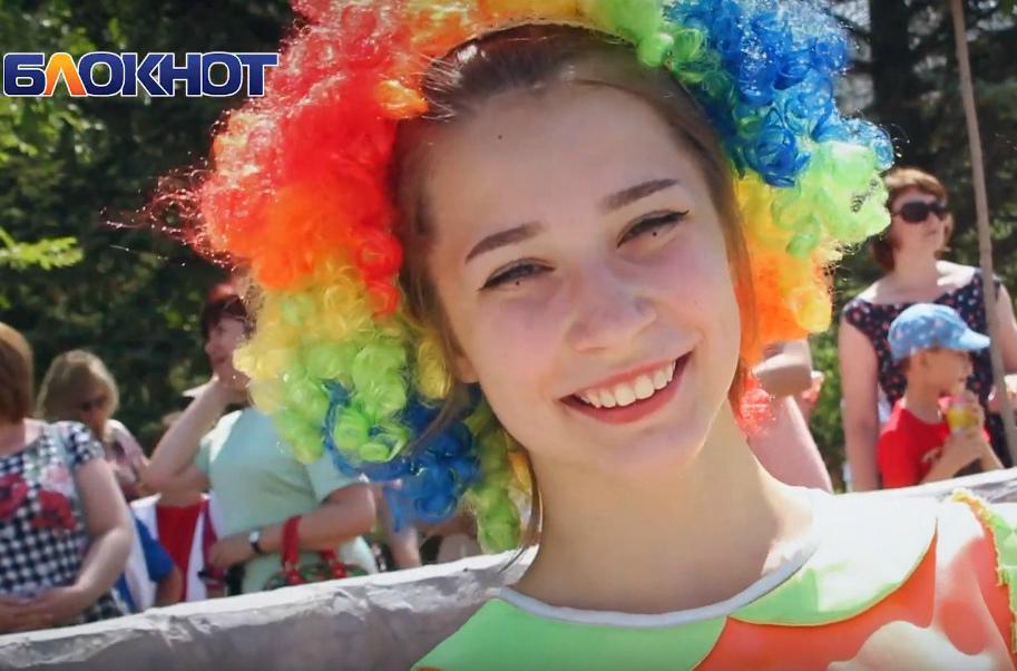 В Волгодонске с песнями и танцами открыли обновленный сквер «Дружба»