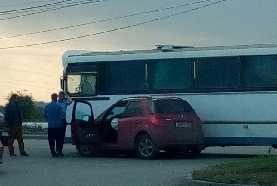 Автобус и иномарка попали в ДТП, не поделив поворот на Жуковском шоссе