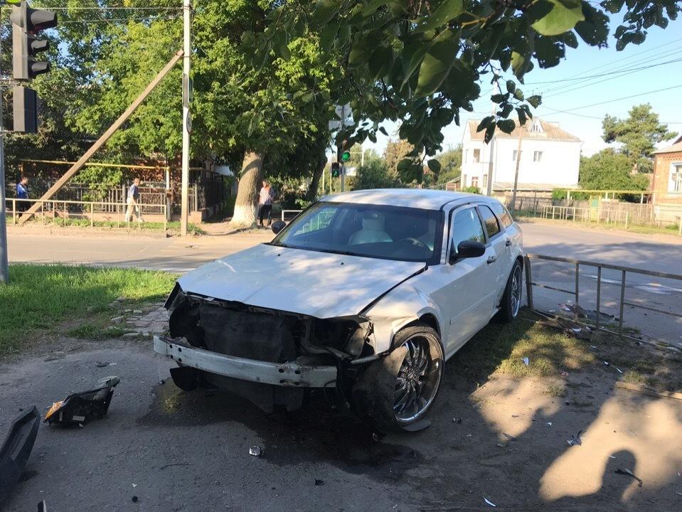 Машина залетела на тротуар после ДТП на Пионерской в Волгодонске
