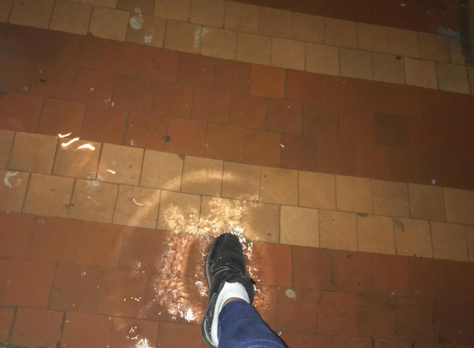 Коммунальный фонтан забил в жилом доме во время ливня в Волгодонске