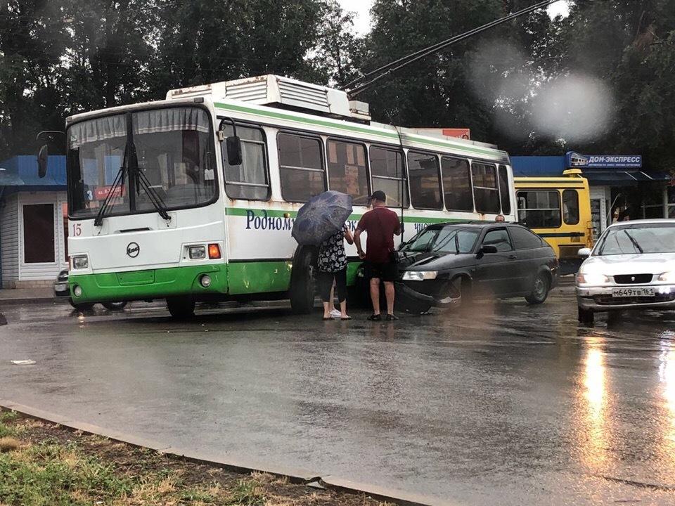 «Двенашка» влетела в троллейбус на кольцевой около торговой площади