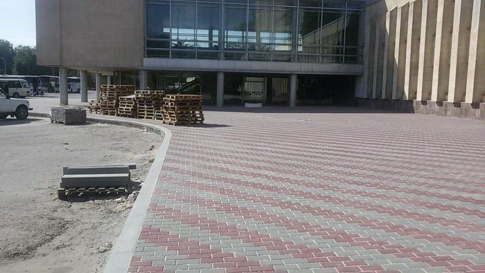 На вокзале Волгодонска укладывают новую плитку