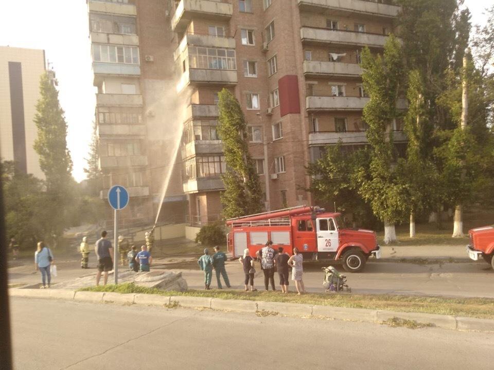 5 пожарных машин прибыли на тушение горящего балкона в Волгодонске