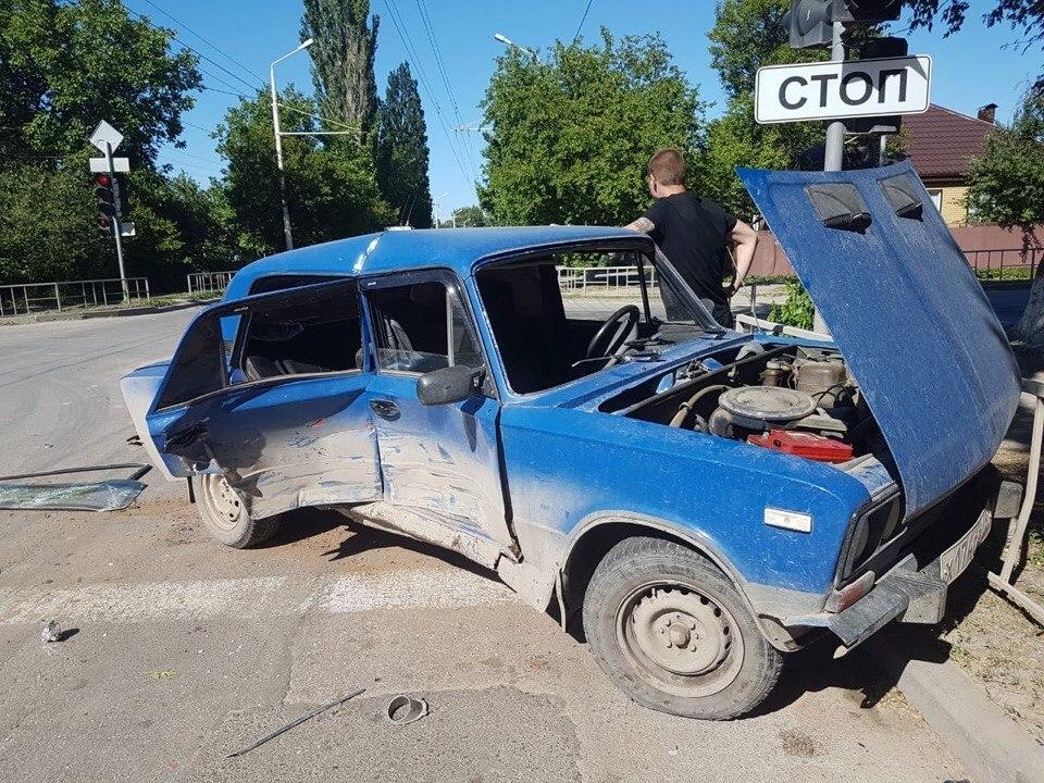ВАЗ искорежило в ДТП в Волгодонске