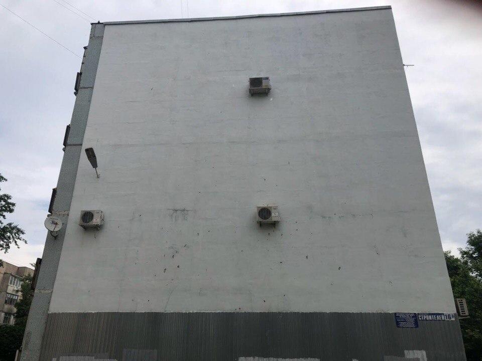 Возвращавшиеся из ночного клуба подростки железками испортили фасад дома в Волгодонске