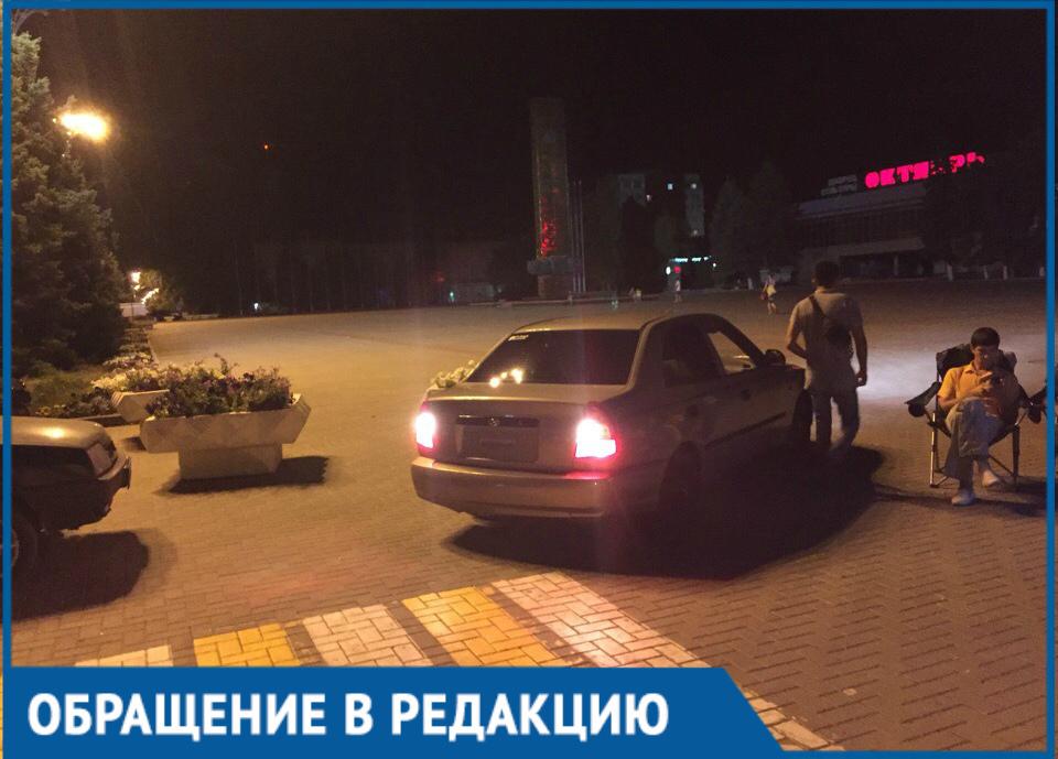 Заехавший на площадь Победы водитель возмутил волгодончанку