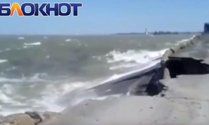 Дамба водозабора Волгодонска на грани разрушения из-за разбушевавшегося Цимлянского водохранилища