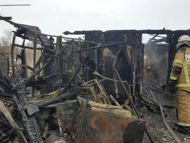 По факту гибели троих детей и их матери в результате пожара возбуждено уголовное дело