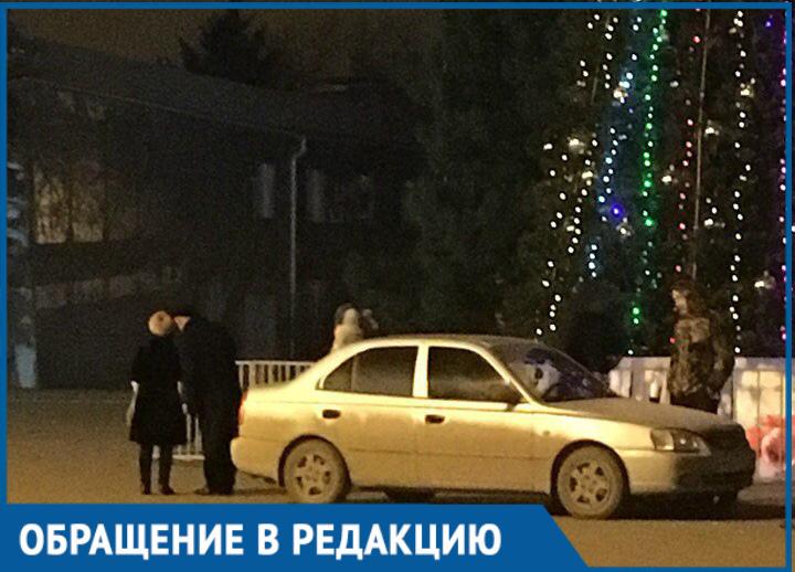 Припаркованный возле городской елки «Хендай» удивил волгодонцев
