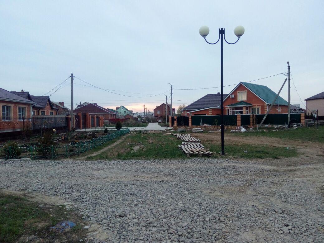Дорогу на бульваре Роз в Волгодонске некоторые жители предпочли засадить цветами