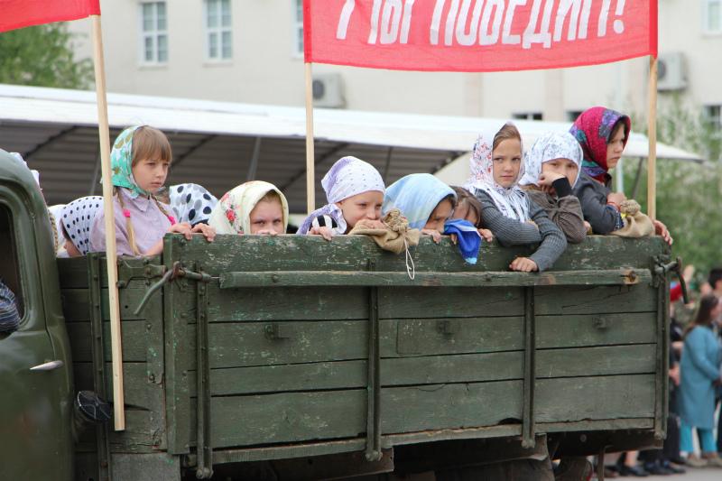 Дети передали дух военного времени в театрализованном прологе на площади Победы