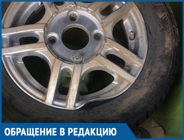 Студент из Волгодонска остался без колеса, влетев в огромную яму возле гипермаркета