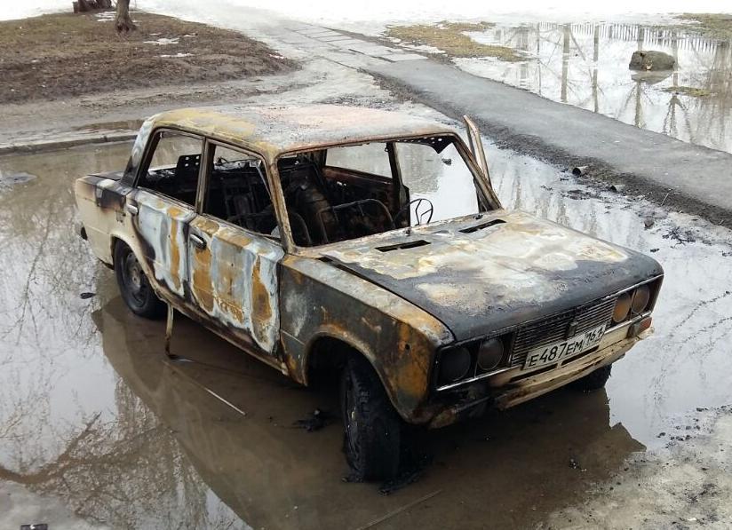 ВАЗ сгорел дотла возле высотки на улице Степная в Волгодонске