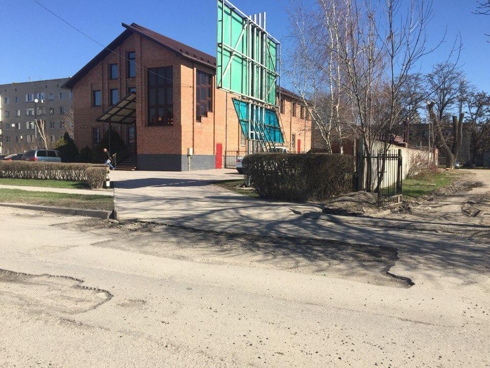 «Успеть за три недели»: На дорогах Волгодонска в ускоренном режиме устраняют ямочность