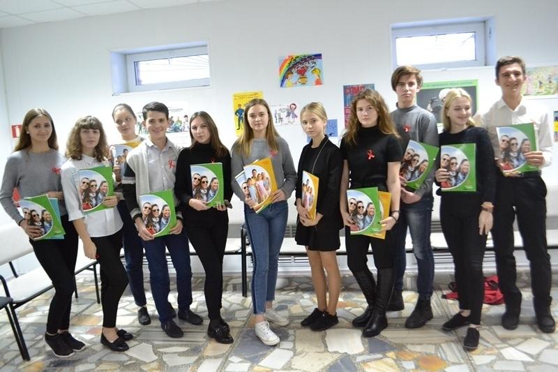 Школьники из Волгодонска приняли участие в акции, посвященной Дню борьбы со СПИДом