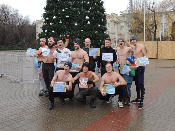 Группа бегающих по улицам Волгодонска полуобнаженных мужчин попала на видео