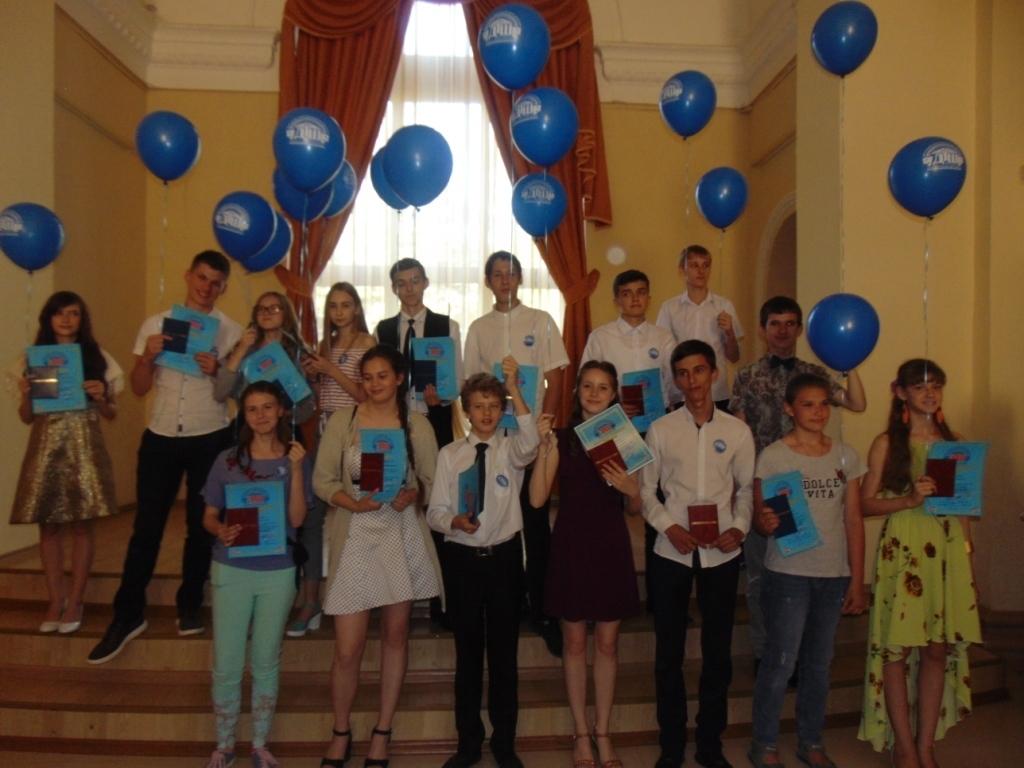 «Делитесь радостью друзья»: отчетный концерт и выпускной вечер учащихся ДТШ прошел в Волгодонске