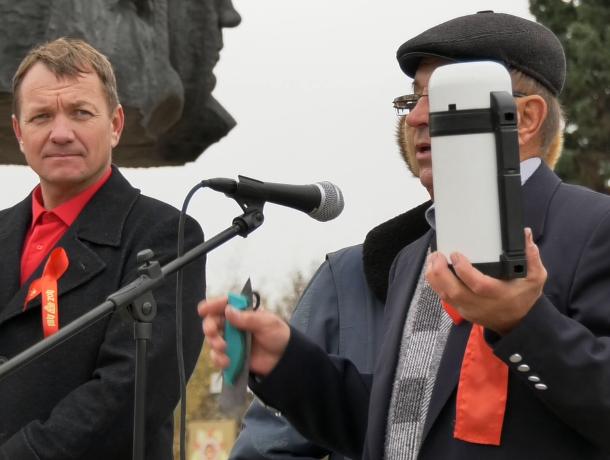 В день столетия революции волгодонские коммунисты показали преимущества социализма на примере сломанных ножниц