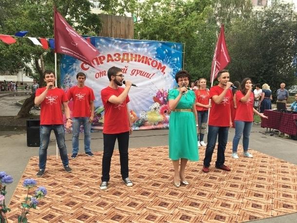 В микрорайонах Волгодонска появились красные флаги с эмблемой ВИТИ НИЯУ МИФИ