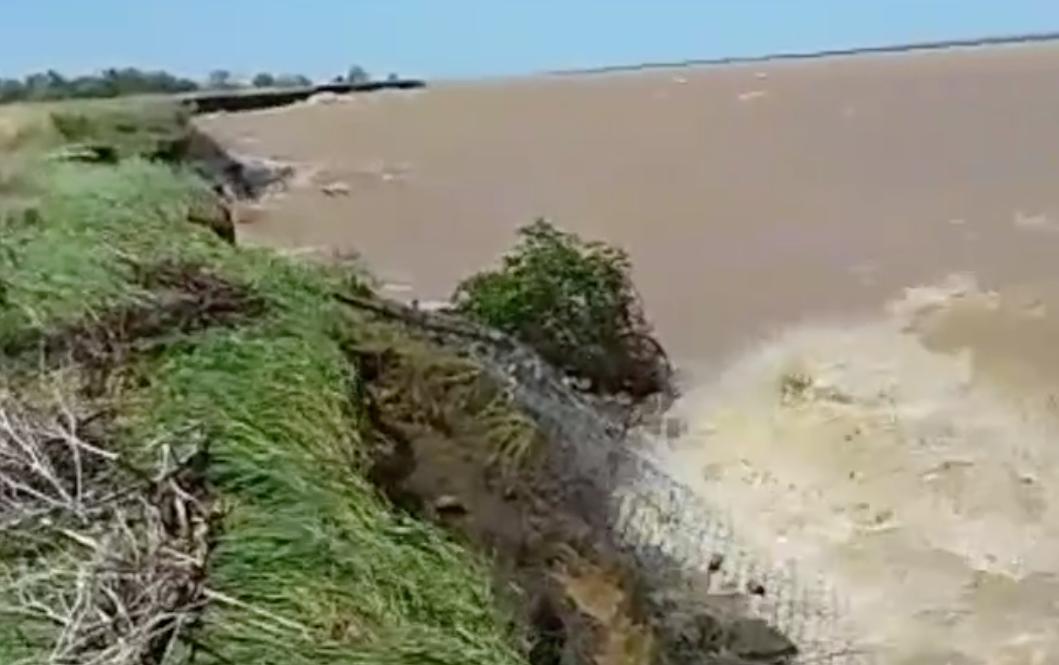 Цимлянское водохранилище подбирается к жилым домам в небольшом хуторе