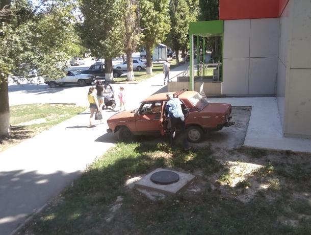 Волгодонец припарковал свой старенький ВАЗ на велопарковке возле «Пятерочки»