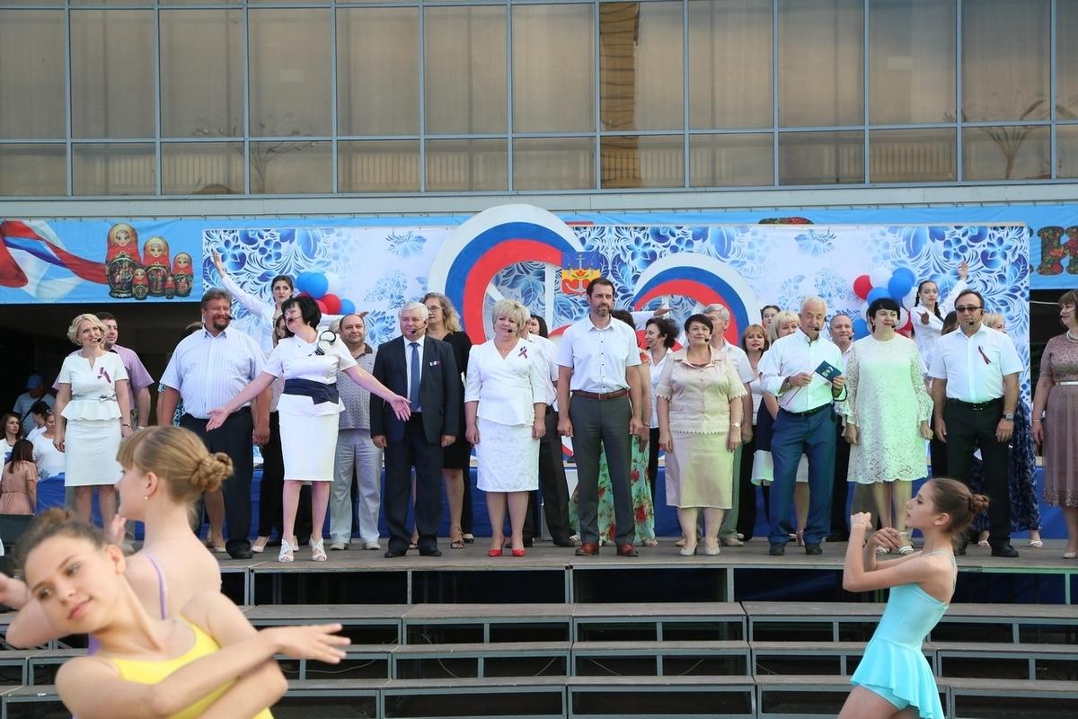 Депутаты и чиновники «зажгли» на концерте в честь Дня России в Волгодонске