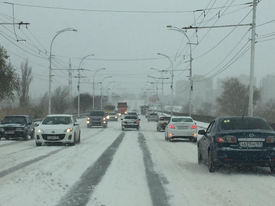 Дороги Волгодонска превратились в снежную кашу: местами проезд невозможен