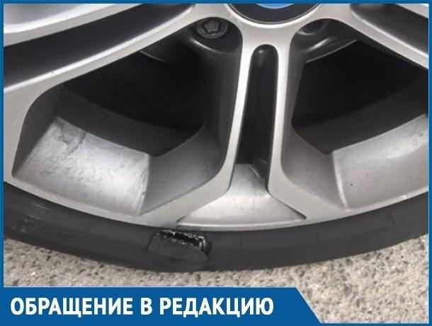 В Волгодонске водитель иномарки стала жертвой крупной ямы возле Комсомольца