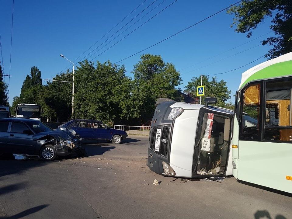 Пассажирская маршрутка №22А перевернулась в Волгодонске