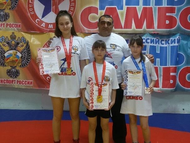 Три хрупкие девушки из Волгодонска заняли призовые места на открытом турнире по самбо