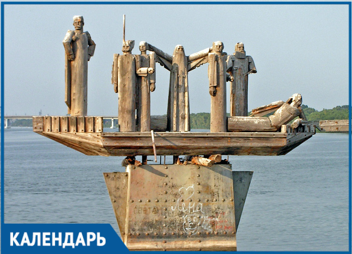 За несколько дней до открытия скульптуру «Стенька Разин со товарищи на ладье» на реке Дон сбил грузовой теплоход