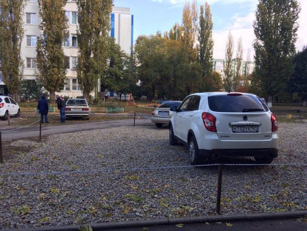 Волгодонцы разбили огороженную цепями стоянку во дворе дома по улице Гагарина
