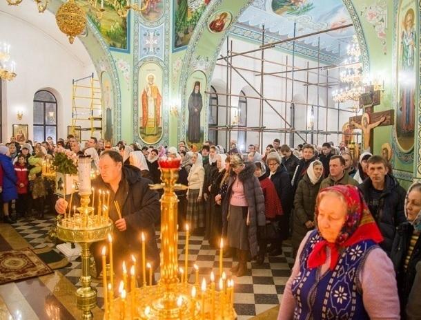 Сотни верующих волгодонцев посетили праздничное богослужение в Рождественскую ночь