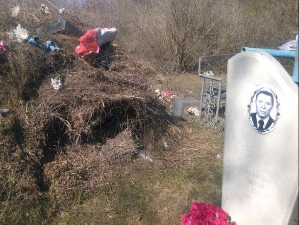 Свалку отходов рядом с могилой ветерана ВОВ устроили на кладбище Волгодонска