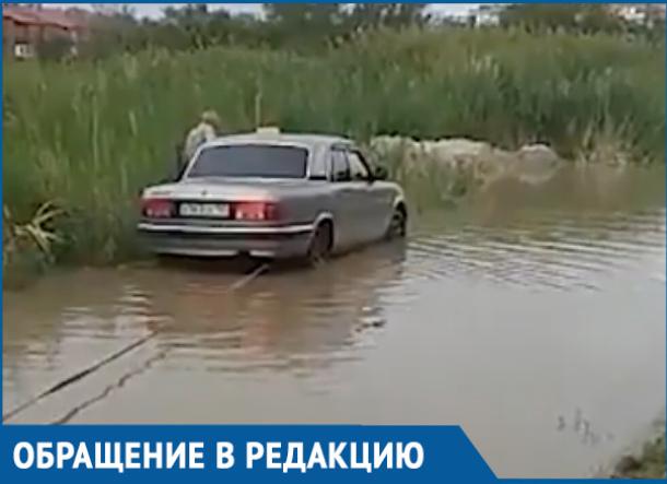 «Волга» утонула в большой луже на Октябрьском шоссе